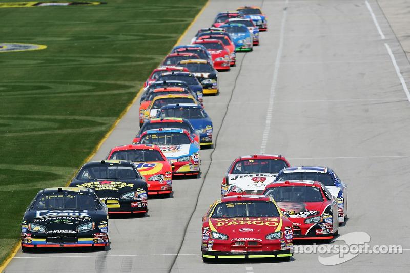 Des voitures se préparent sur la piste pour l'entraînement