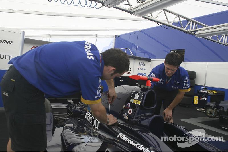 Des mécaniciens de Super Nova International travaillent sur les voitures