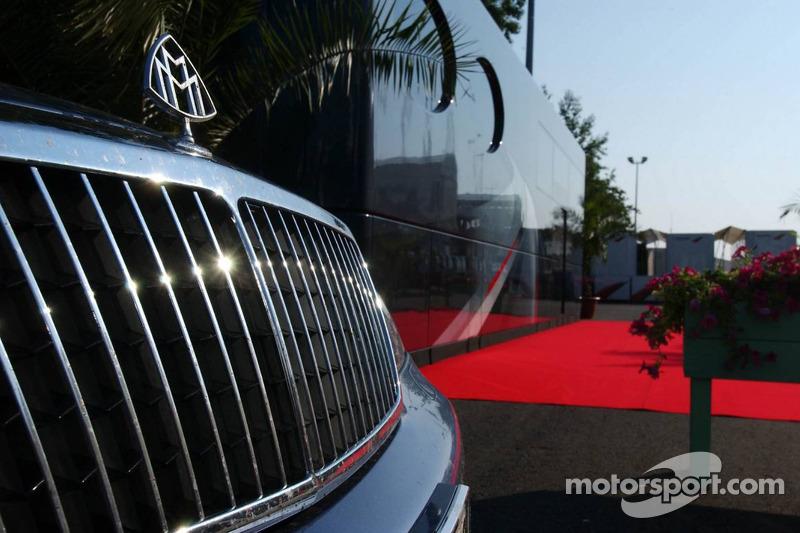 La Maybach de Bernie Ecclestone garée à côté de son camping-car dans le paddock