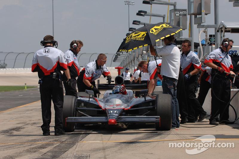 Des membres de l'équipe Vision Racing au travail