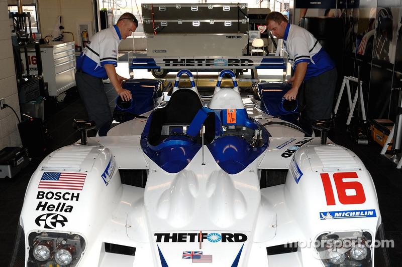 Des techniciens de l'équipe Dyson Racing au travail