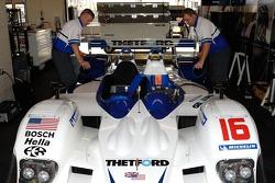 Dyson Racing Team tecnicians at work