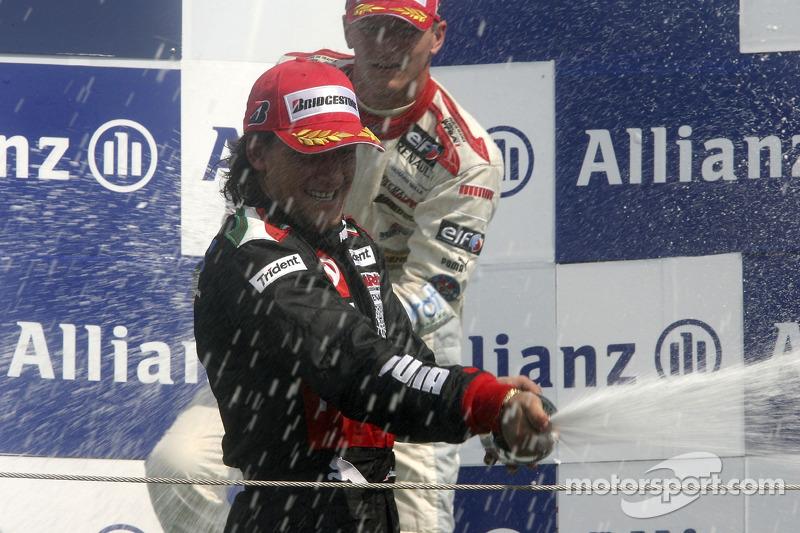 Giorgio Pantano célèbre sa victoire sur le podium avec Alexandre Premat
