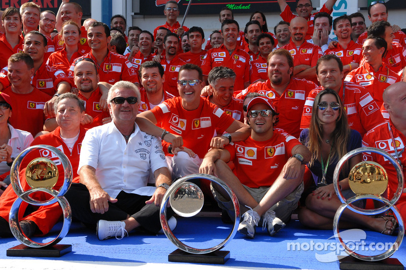 Le vainqueur de la course Michael Schumacher fait la fête avec Felipe Massa et des membres de l'équipe Ferrari