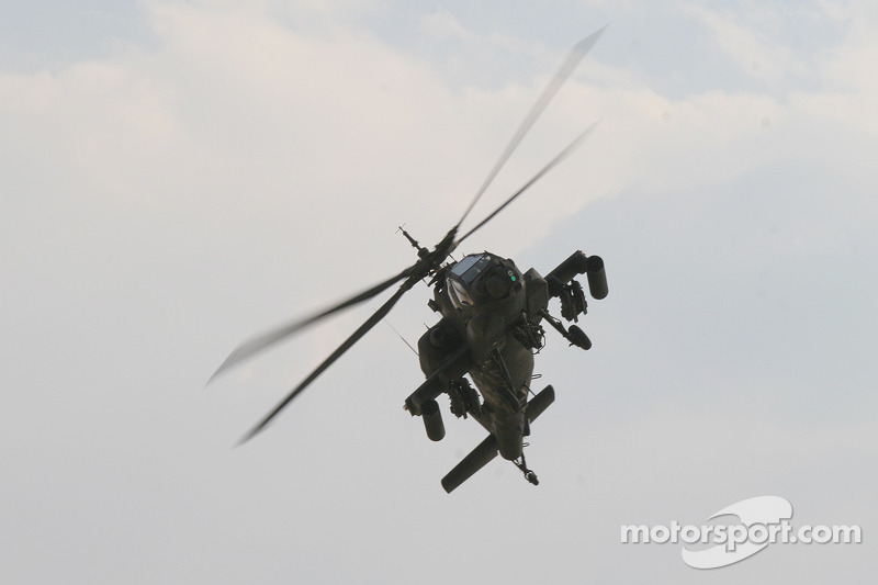 Survol del l'AH-64 Apache flyover