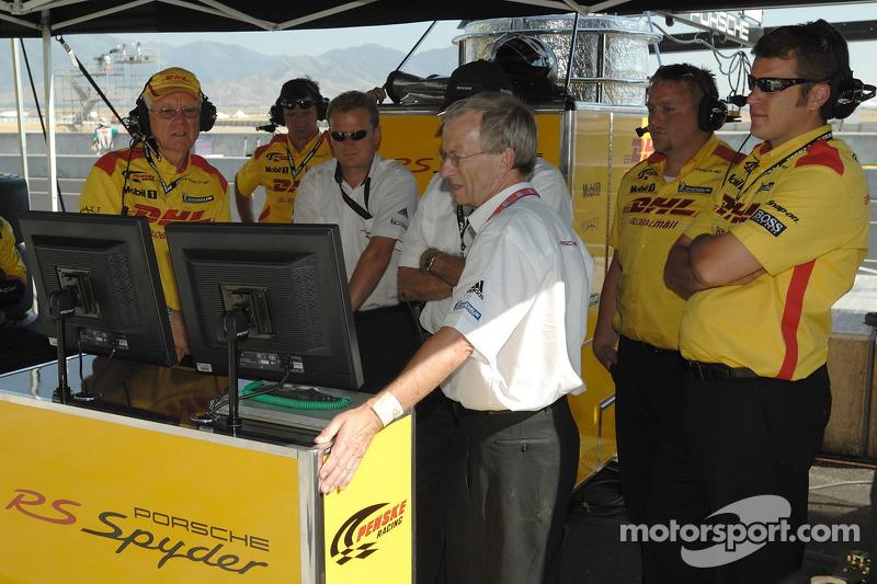 Des membres de l'équipe de Penske Motorsports contrôlent les qualifications