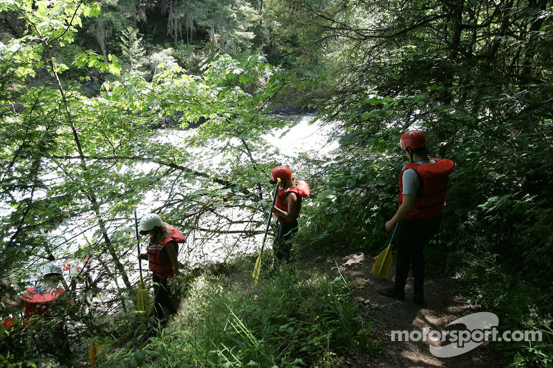 Des participants se dirigent vers la rivière White Salmon