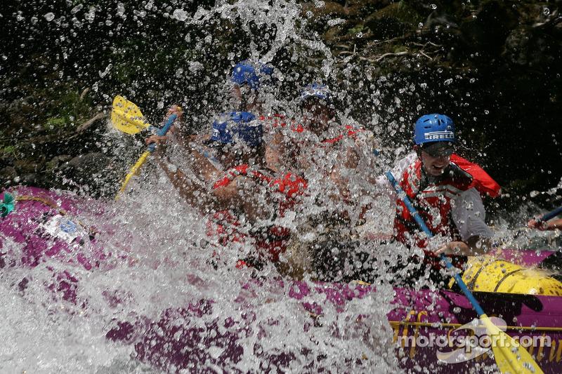 Un grand splash pour le bateau de rafting d'Aston Martin