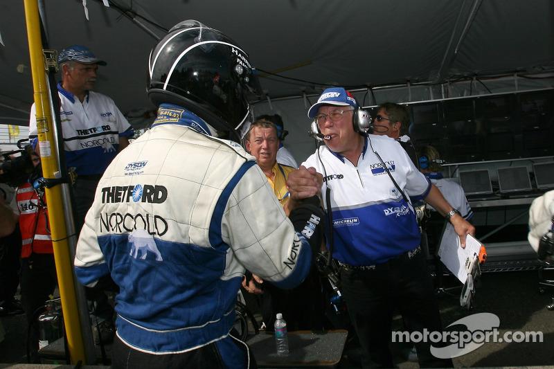 Le vainqueur de la pole position Butch Leitzinger fait la fête avec des membres de l'équipe Dyson Racing