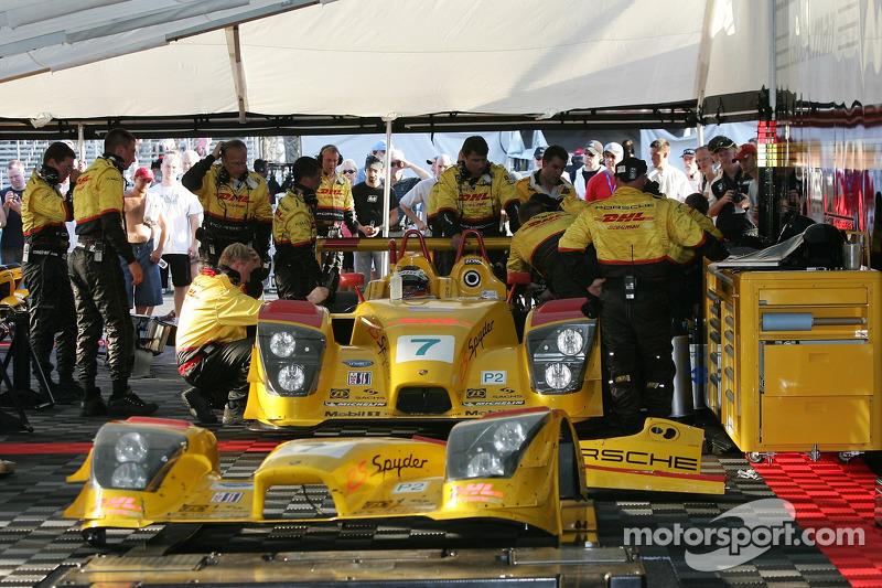 L'équipe Penske Motorsports travaille sur la #7 Porsche RS Spyder et Timo Bernhard s'asseoit dans la voiture