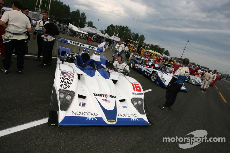 La Dyson Racing Team Lola B06/10 AER sur la grille de départ