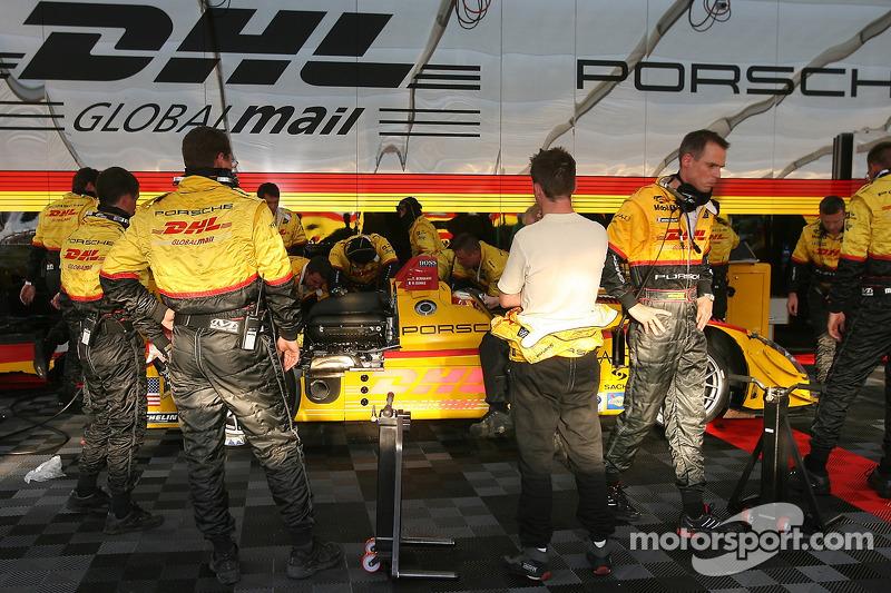 L'équipe Penske Motorsports travaille sur la #7 Porsche RS Spyder de Romain Dumas