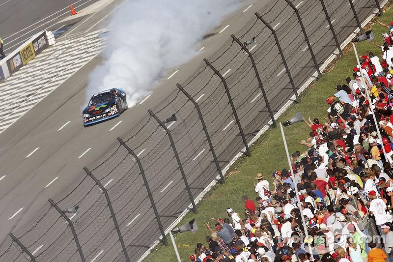 Le vainqueur Denny Hamlin fête sa victoire en faisant chauffer son moteur