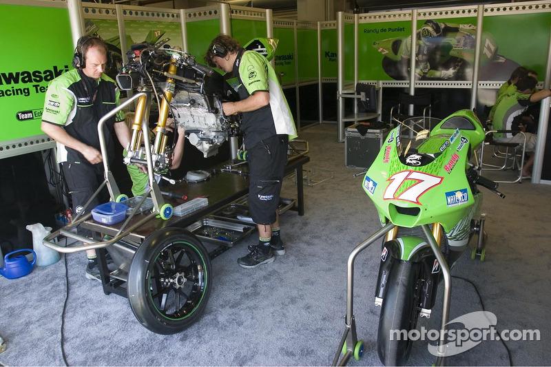 L'équipe Kawasaki au travail