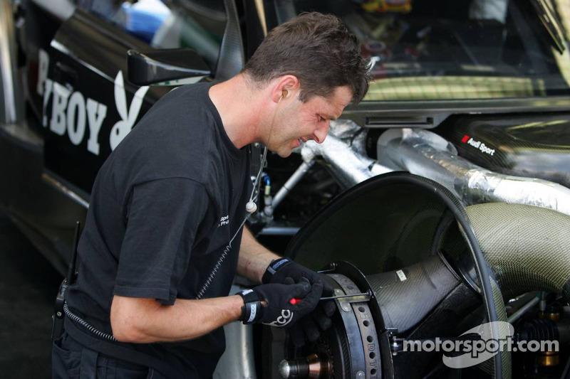 Des mécaniciens travaillent sur la voiture de Christian Abt