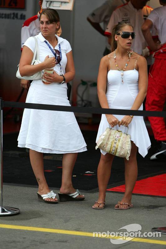 Des jeunes femmes dans la ligne des stands