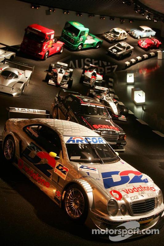 Evénement média de DaimlerChrysler Mercedes: voitures de course dans le musée Mercedes-Benz à Stuttgart