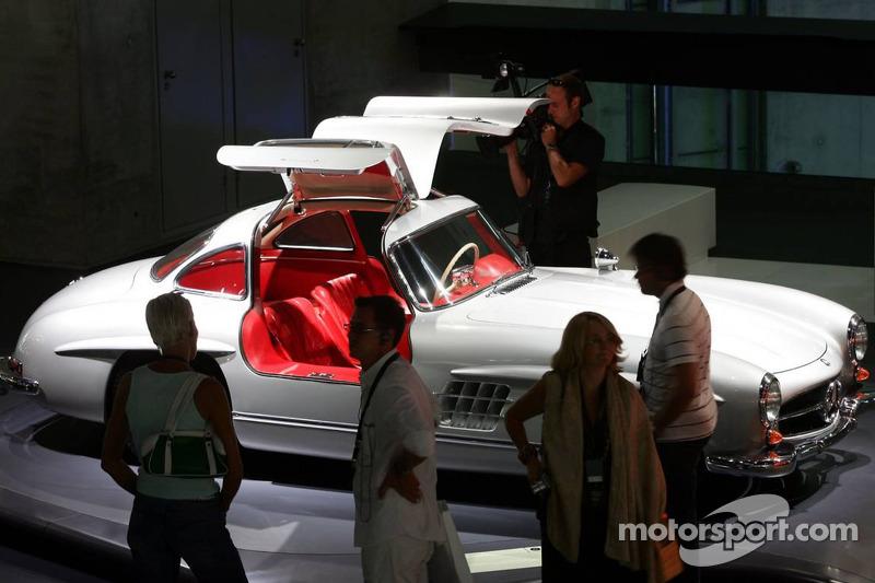 Evénement média de DaimlerChrysler Mercedes: un coupé Mercedes-Benz 300 SL dans le musée Mercedes-Benz à Stuttgart