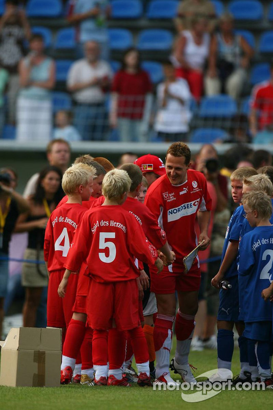 Spiel des Herzens, des stars de la F1 jouent contre des stars de RTL pour l'UNESCO: Michael Schumacher rencontre des jeunes footballeurs