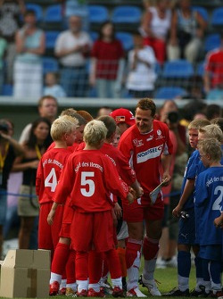 Evento de la UNESCO Juego del corazón, las superestrellas de F1 juegan contra las superestrellas RTL: Michael Schumacher Conoce a algunos jugadores de fútbol jóvenes