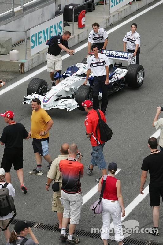 L'équipe BMW Sauber F1 Team dans la ligne des stands