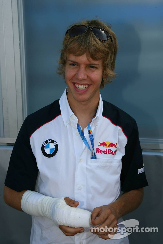 Na een crash tijdens de World Series by Renault in Spa moest de vinger van Sebastian Vettel er weer aan worden genaaid.