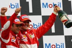 Podio: ganador de la carrera Michael Schumacher con el segundo lugar Felipe Massa