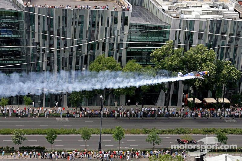 Red Bull Show Run Budapest: Peter Besenyei y un STR1 manejando y volando a través de la histórica c
