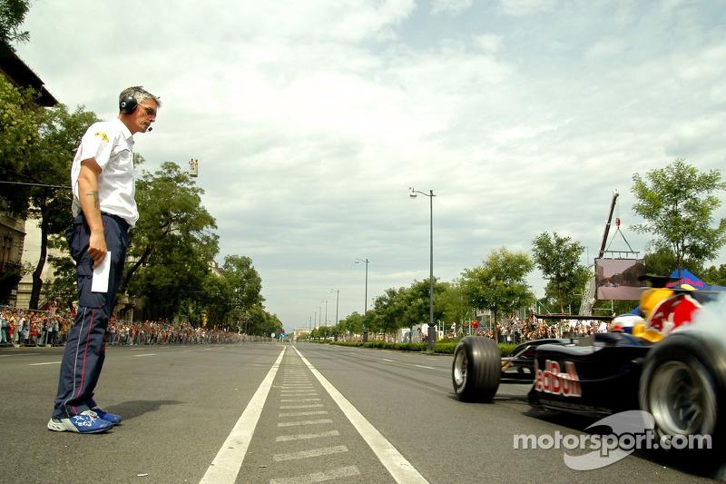 Red Bull Show Run Budapest: prueba de equipo Gerente Anthony Burrows y Robert Doornbos