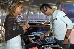 Chilled Thursday at the Red Bull Energy Station: the disc jockey with a girl