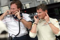 Director deportivo Christian Horner y David Coulthard en el pit