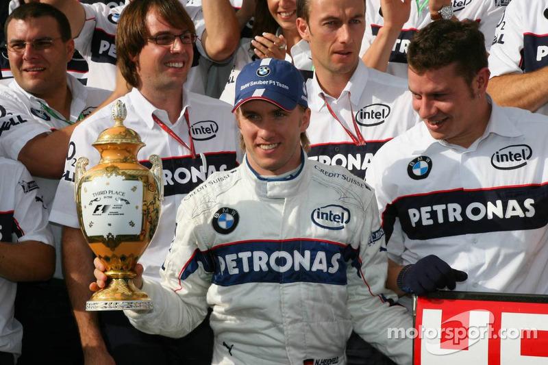 Nick Heidfeld celebrar 3er lugar final con Robert Kubica, Dr. Mario Theissen y BMW Sauber F1 los miembros del equipo