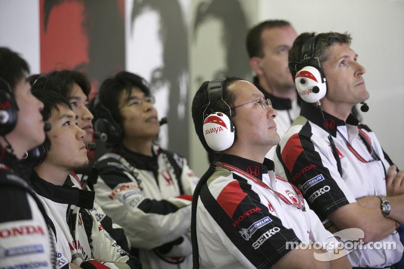 Los miembros del equipo Honda Racing F1 ven el final de la carrera