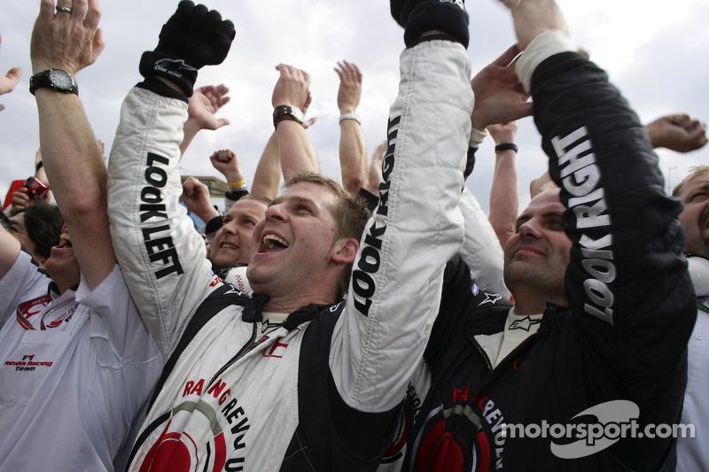 Los miembros del equipo Honda celebrar
