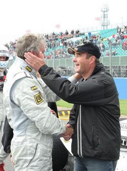 Eddie Cheever est accueilli par Nigel Mansell