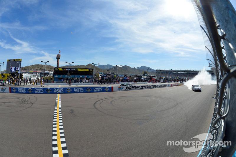 Juara balapan Joey Logano, Team Penske Ford merayakans
