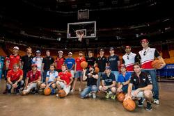 Miami Heat basketbol sahası önünde pilotların fotoğrafı