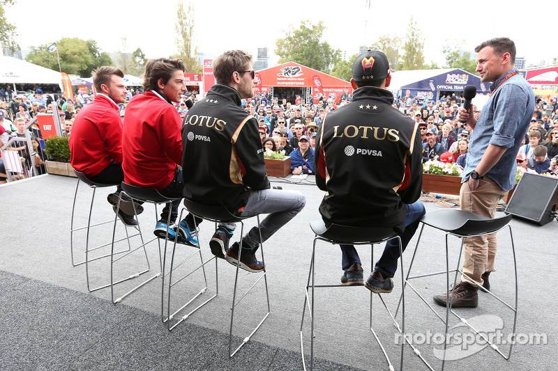 Romain Grosjean, Lotus F1 Team, und Pastor Maldonado, Lotus F1 Team, mit Will Buxton