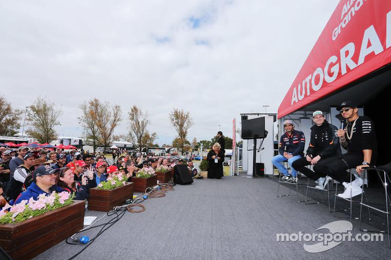 (Kiri ke Kanan): Carlos Sainz Jr., Scuderia Toro Rosso; Nico Hulkenberg, Sahara Force India F1; Lewis Hamilton, Mercedes AMG F1 di Autograph Stage