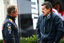 (da sinistra a destra): Jonathan Wheatley, Red Bull Racing Team Manager con Guenther Steiner, Dirett