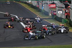 Lewis Hamilton, Mercedes AMG F1 W06 a la cabeza al comienzo de la carrera