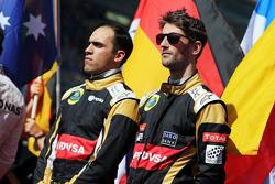 (من اليسار إلى اليمين): باستور مالدونادو، فريق لوتس إف1 وزميله رومان غروجان، فريق لوتس إف1 على شبكة الانطلاق
