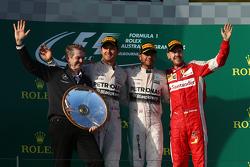 Подиум: Нико Росберг, Mercedes AMG F1, второй, Льюис Хэмилтон, Mercedes AMG F1, победитель, и Себаст