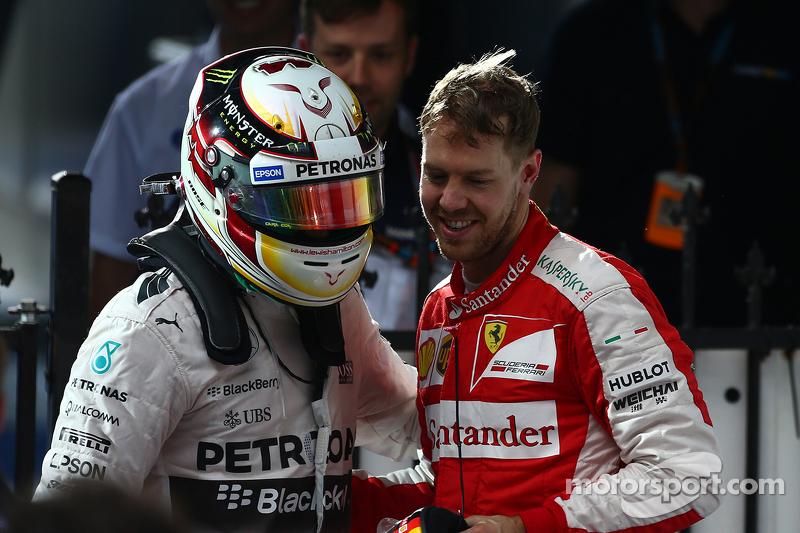 Juara balapan Lewis Hamilton, Mercedes AMG F1 W06, dan peringkat ketiga Sebastian Vettel, Ferrari