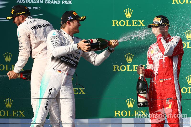 Juara balapan Lewis Hamilton, Mercedes AMG F1, peringkat kedua Nico Rosberg, Mercedes AMG F1 W06, dan peringkat ketiga Sebastian Vettel, Ferrari