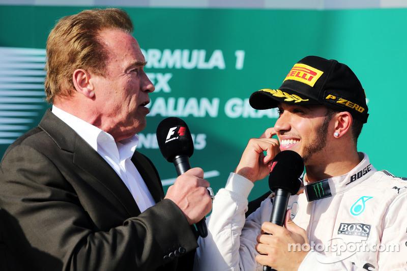 Arnold Schwarzenegger, auf dem Podium mitRennsieger Lewis Hamilton, Mercedes AMG F1