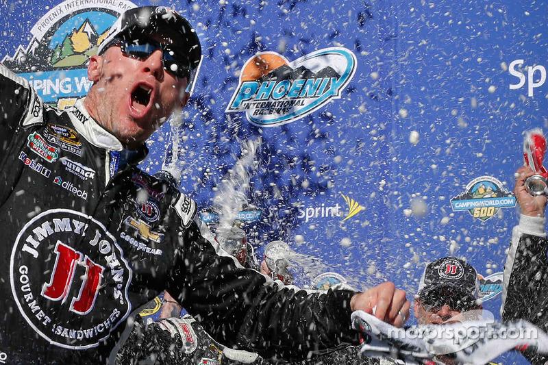 1. Kevin Harvick, Stewart-Haas Racing, Chevrolet, feiert