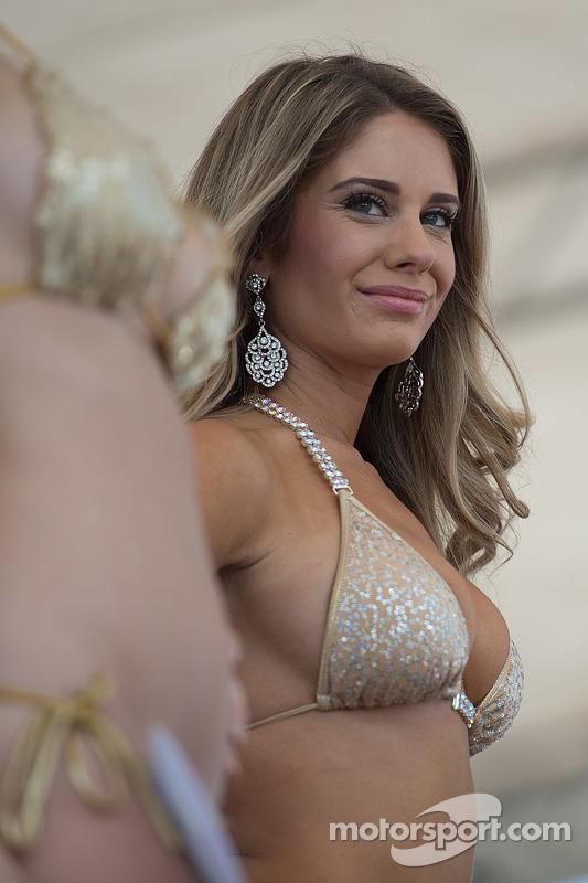 Bezaubernde Teilnehmerin am Sebring Bikini-Contest