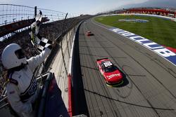 Kevin Harvick, JR Motorsports Chevrolet se lleva la victoria