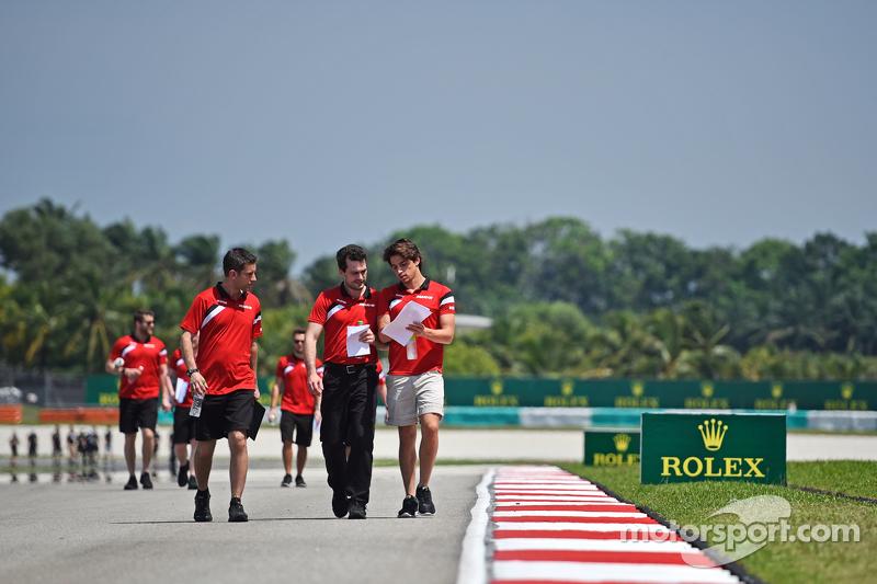 روبرتو مرعي، فريق مانور ماروسيا للفورمولا واحد، يسير على الحلبة